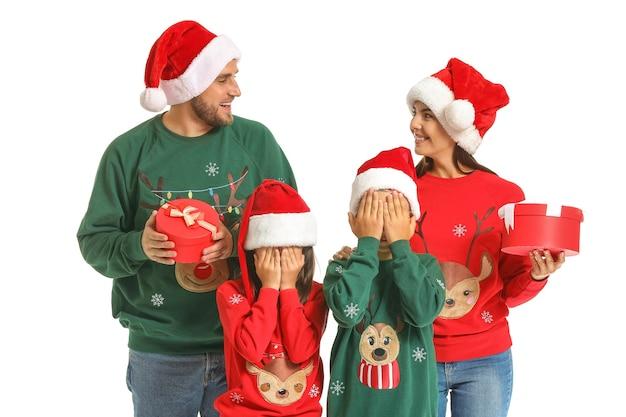 Szczęśliwa rodzina z prezentami na białym tle