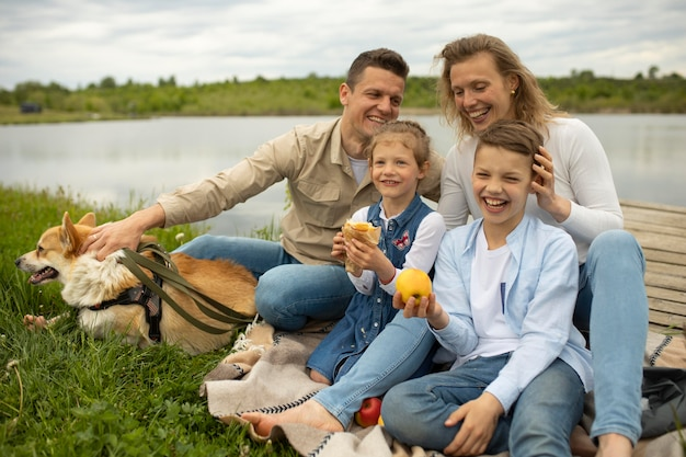 Szczęśliwa rodzina z psem na zewnątrz