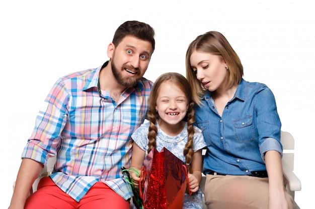 Szczęśliwa rodzina z torba na zakupy siedzieć