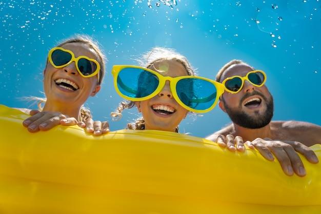 Szczęśliwa rodzina zabawy na wakacjach