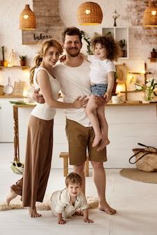 Szczęśliwa rodzina zabawy w kuchni