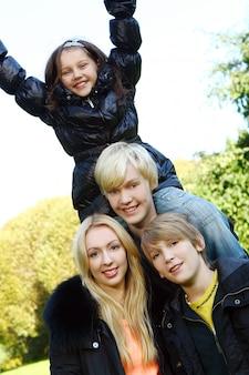 Szczęśliwa rodzina zabawy w parku