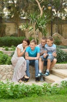 Szczęśliwa rodzina zabawy w tropikalnym kurorcie.