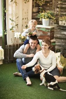 Szczęśliwa rodzina ze swoim pupilem w domu w niedzielę.