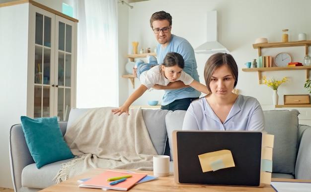 Szczęśliwa rodzina zjednoczona, by wspierać się nawzajem podczas kwarantanny i samoizolacji