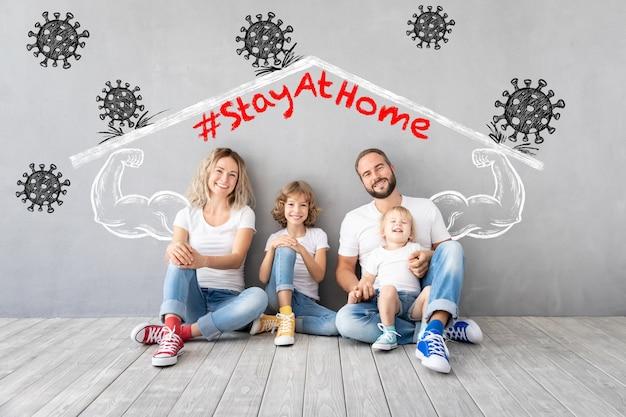 Szczęśliwa rodzina zostaje w domu. ludzie utrzymują kwarantannę, aby zapobiec rozprzestrzenianiu się infekcji. zdrowy styl życia i koncepcja globalnej epidemii koronawirusa covid-19