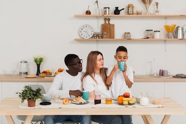 Szczęśliwa rodzina zostaje w kuchni