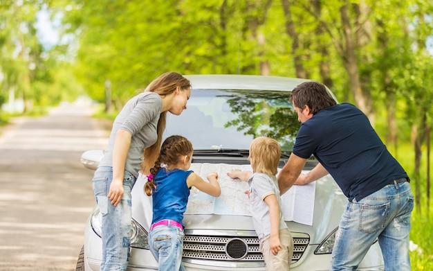 Szczęśliwą rodzinę wybiera się w podróż samochodem