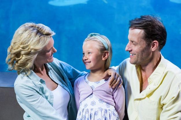 Szczęśliwa rodzinna pozycja obok rybiego zbiornika