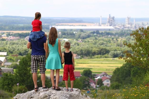 Szczęśliwa rodzinna trwanie pozycja na skale w górach. pojęcie przyjaznej rodziny.