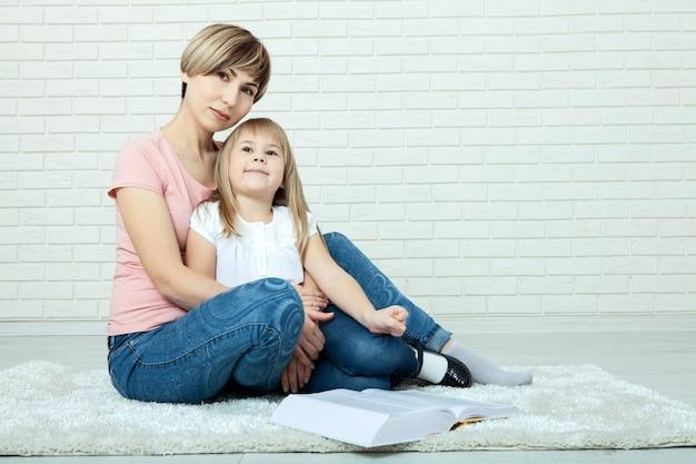 Szczęśliwa rodziny matka, dziewczyna w domu na podłoga i