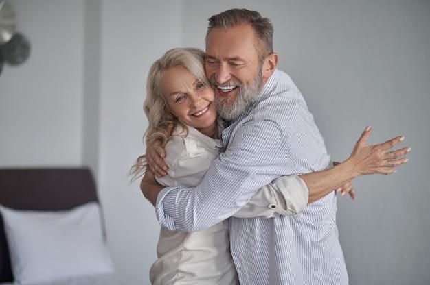 Szczęśliwa romantyczna dojrzała para obejmująca się nawzajem