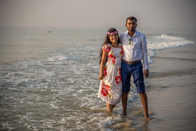 Szczęśliwa romantyczna młoda para korzystających na pięknej plaży. podróże wakacje, koncepcja stylu życia,