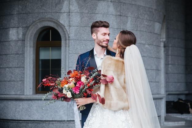 Szczęśliwa romantyczna młoda para świętuje swoje małżeństwo