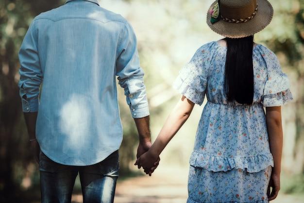 Szczęśliwa romantyczna para zakochana na zewnątrz jeziora