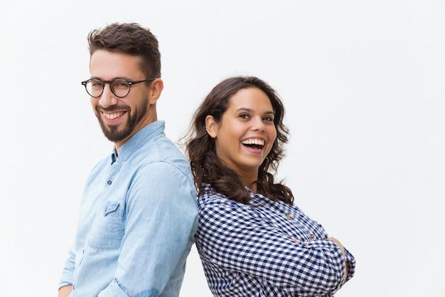 Szczęśliwa rozochocona para opiera na sobie