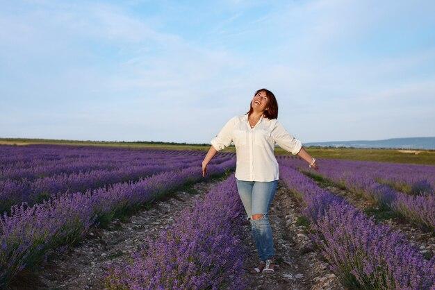 Szczęśliwa ruda kobieta w lawendowym polu