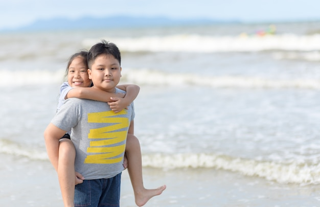 Szczęśliwa siostra jedzie z powrotem brata