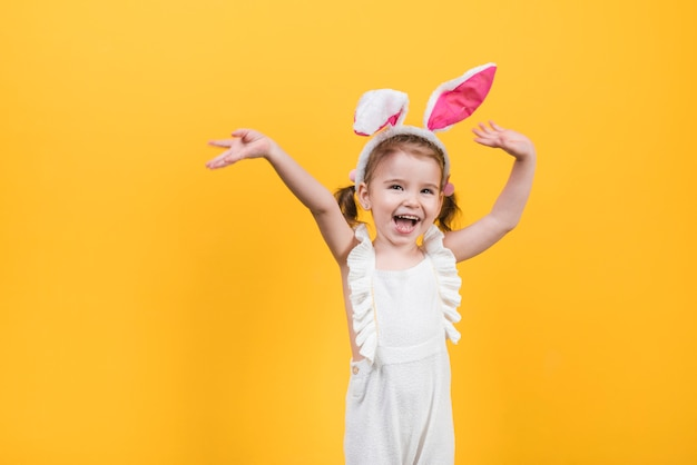 Szczęśliwa śliczna dziewczyna w królików ucho