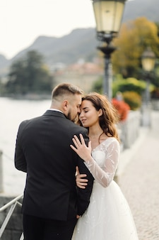 Szczęśliwa ślub para w como jeziorze, włochy
