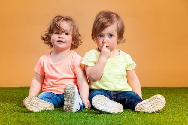 Szczęśliwa śmieszna dziewczyna bliźniaków siostry bawić się i śmia się