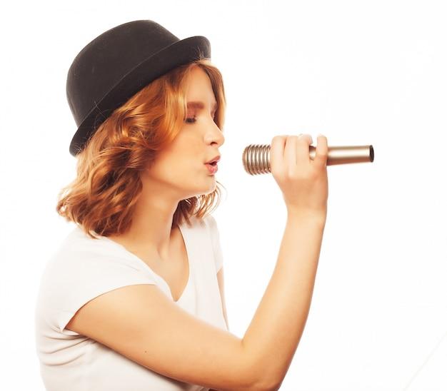 Szczęśliwa śpiewająca dziewczyna.