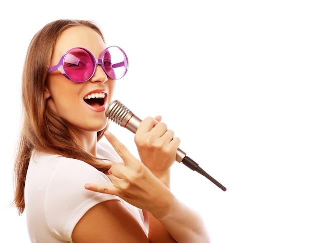 Szczęśliwa śpiewająca dziewczyna