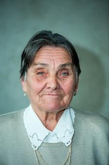 Szczęśliwa stara kobieta