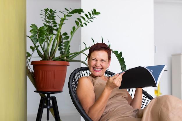 Szczęśliwa starsza dama śmia się przy kamerą
