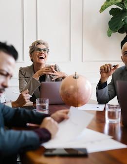 Szczęśliwa starsza kobieta na spotkaniu biznesowym