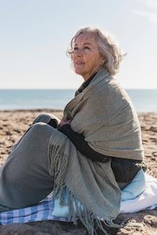 Szczęśliwa starsza kobieta patrzeje daleko od