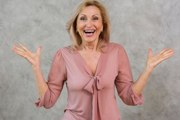 Szczęśliwa starsza kobieta patrzeje zaskakujący