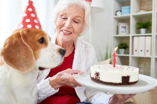 Szczęśliwa starsza kobieta świętuje urodziny