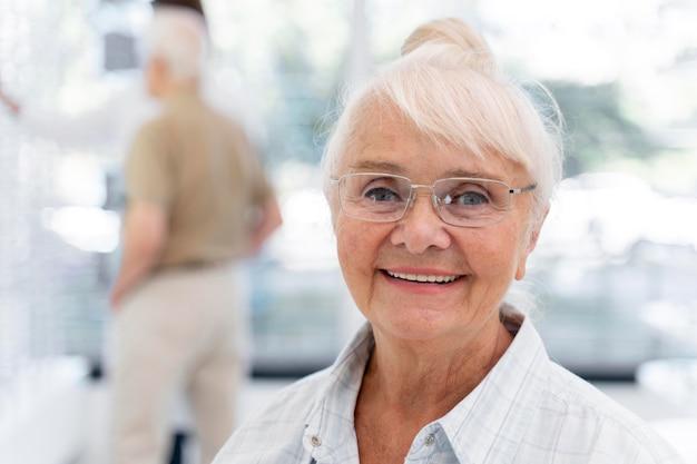 Szczęśliwa starsza kobieta w okularach