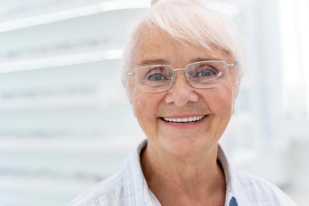Szczęśliwa Starsza Kobieta W Okularach Darmowe Zdjęcia