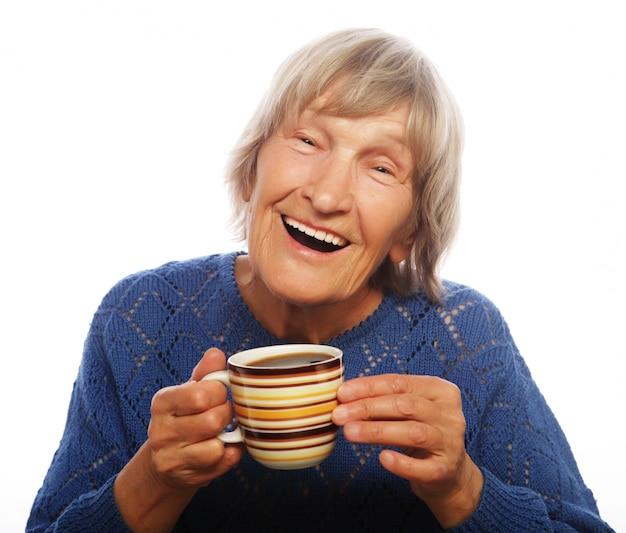 Szczęśliwa starsza pani z kawą