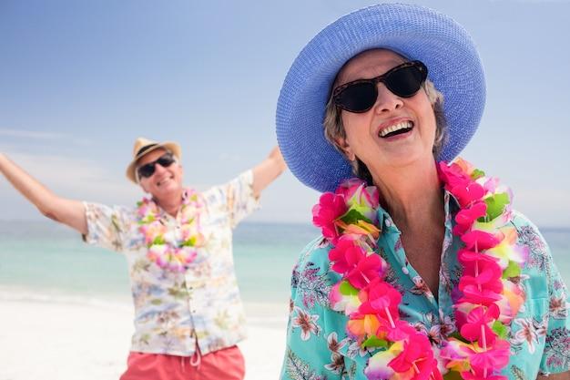 Szczęśliwa starsza para ma zabawę na plaży wpólnie