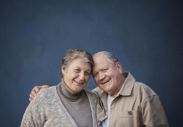 Szczęśliwa starsza para małżeńska na niebieskim tle