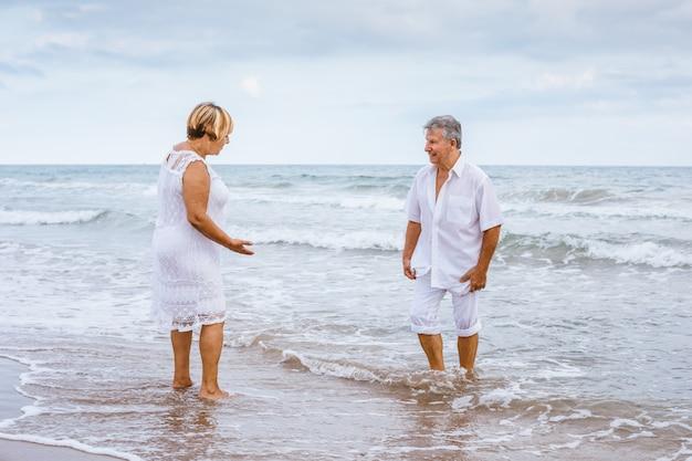 Szczęśliwa starsza para na plaży