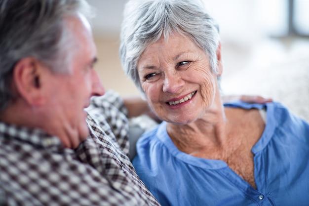 Szczęśliwa starsza para patrzeje each inny i ono uśmiecha się