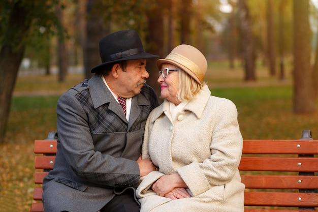 Szczęśliwa starsza para relaksuje w jesień parku
