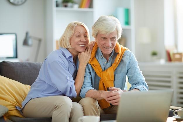 Szczęśliwa starsza para w domu