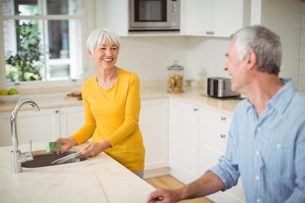 Szczęśliwa starsza para w kuchni