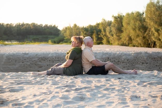 Szczęśliwa starsza para w miłości outside w plaży w lato naturze