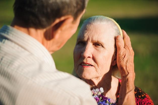 Szczęśliwa starsza para w miłości, park outdoors.