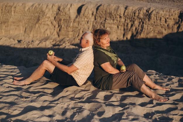 Szczęśliwa starsza para wpólnie ma zabawę na zewnątrz w lecie