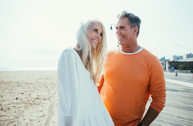 Szczęśliwa starsza para wydaje czas przy plażą. pojęcia o miłości, stażu pracy i ludziach