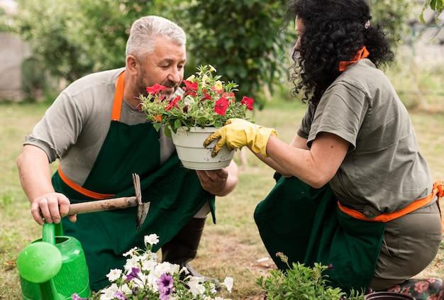 Szczęśliwa starsza para z kwiatami
