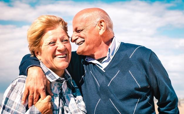 Szczęśliwa starsza para zakochanych, ciesząc się razem
