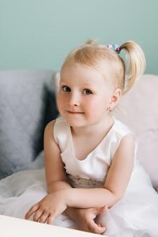 Szczęśliwa stylowa dziewczynka w kawiarni dla dzieci